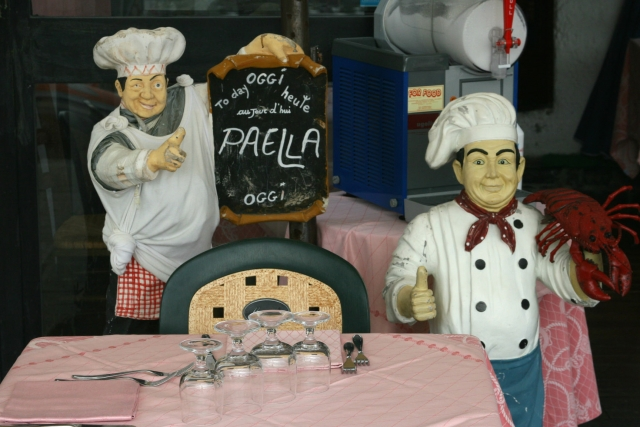 イタリアンレストランでご機嫌な人形
