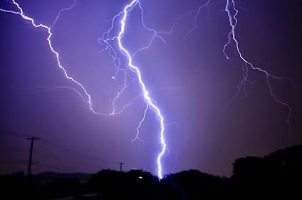 夜空に落ちる雷