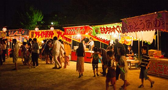 夜の夏祭りの露店