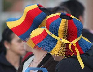 コロンビア国旗の帽子を被る人
