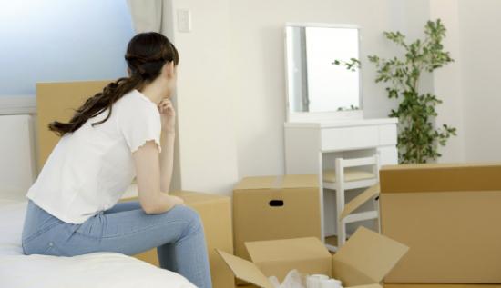 引っ越し作業中に途方に暮れる人